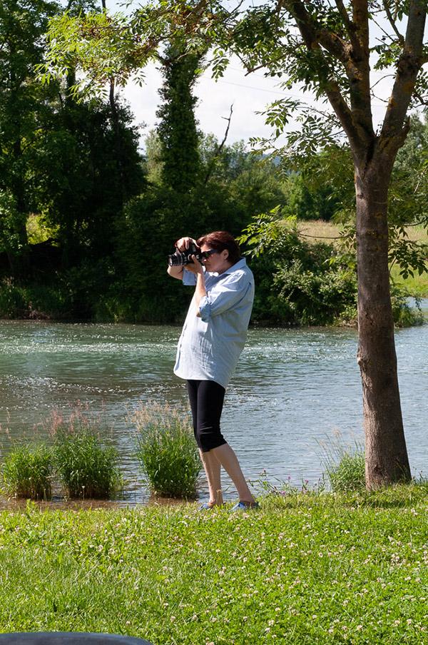 Malkurs moser-art   Eine Kursteilnehmerin bei der Bilderbeschaffung